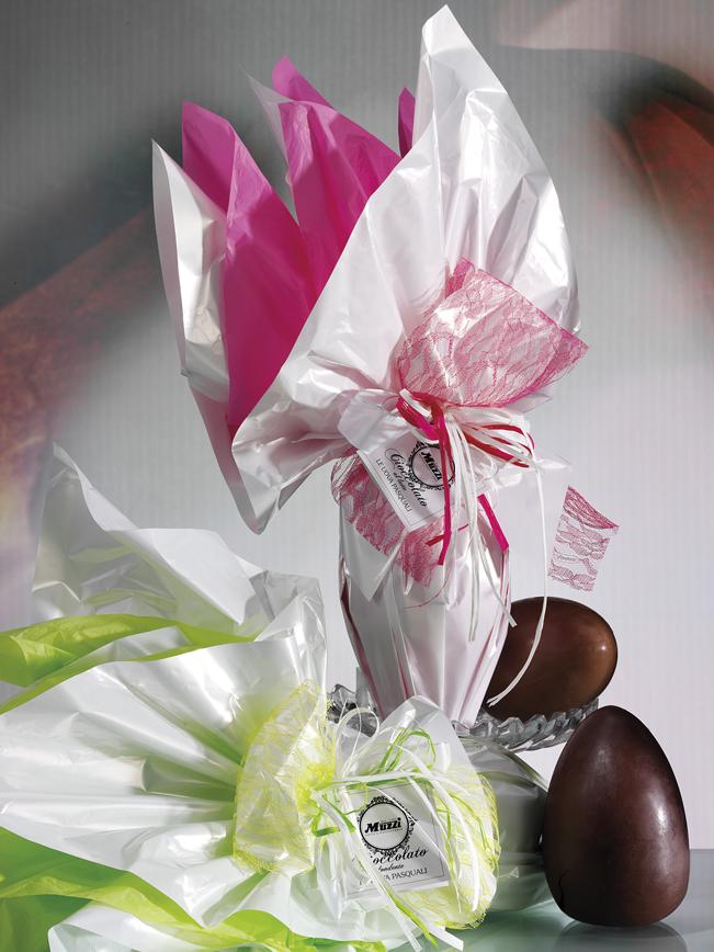 Uovo di cioccolato al latte rosa e verde